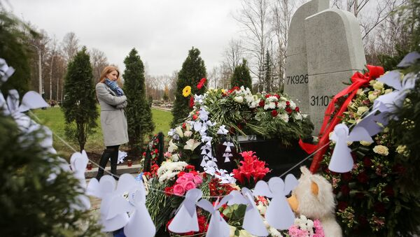 A woman attends an opening ceremony of a monument commemorating victims of the crash of Metrojet Airbus A321 in Egypt's Sinai peninsula in 2015, in St. Petersburg, Russia October 28, 2017 - Sputnik International