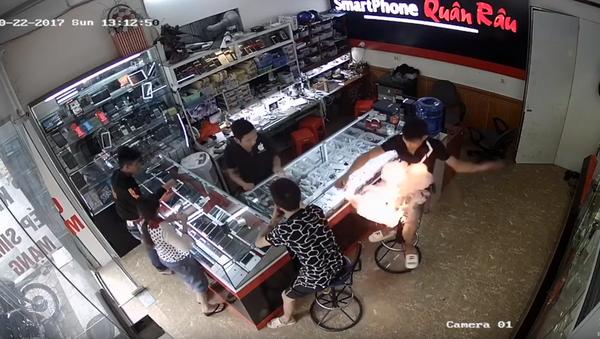 Hot Deal! Customer's Phone Battery Explodes in Vietnamese Shop - Sputnik International
