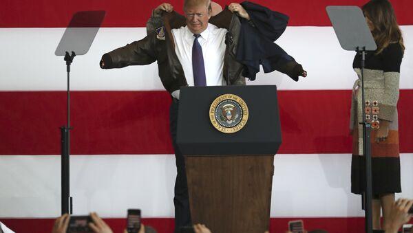 U.S. President Donald Trump, center, puts on a jacket beside first lady Melania Trump, as President Trump meets the US troops at the U.S. Yokota Air Base, on the outskirts of Tokyo, Sunday, Nov. 5, 2017. - Sputnik International