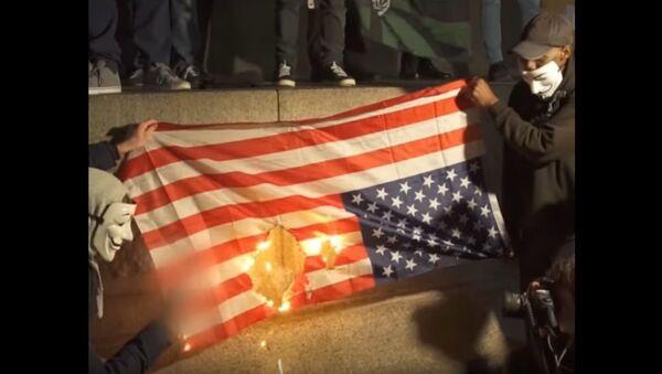 Londoners burn the US flag at the Million Mask March - Sputnik International