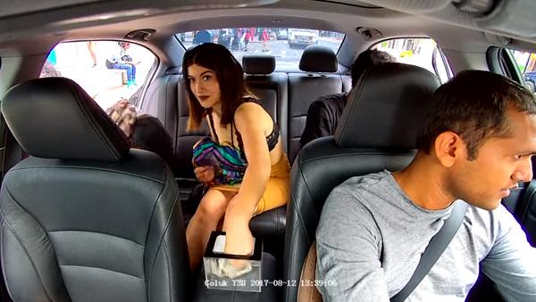 Uber passenger caught stealing from driver's tip jar on dashcam - Sputnik International