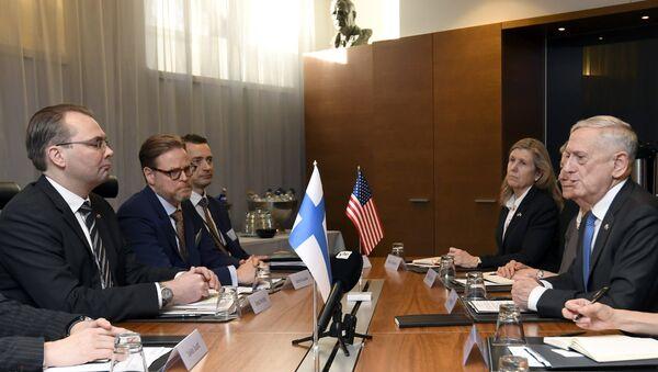 U.S. Secretary of Defense James Mattis and Finnish Defence Minister Jussi Niinisto (L) attend a bilateral meeting in Helsinki, Finland, November 7, 2017 - Sputnik International