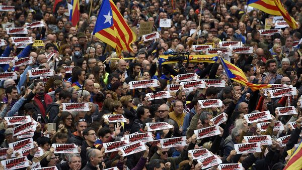 People hold placards reading Free political prisoners and Catalan pro-independence 'Estelada' flags during a demonstration outside the Generalitat Palace in Barcelona on November 8, 2017 during a regionwide strike called by a pro-independence union - Sputnik International