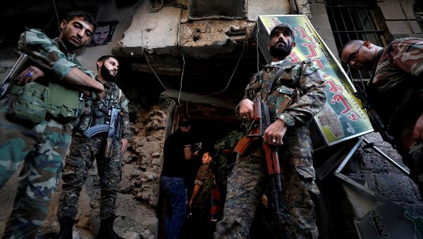Syrian Army soldiers stand near the police headquarters in central Damascus, Syria October 11, 2017. - Sputnik International