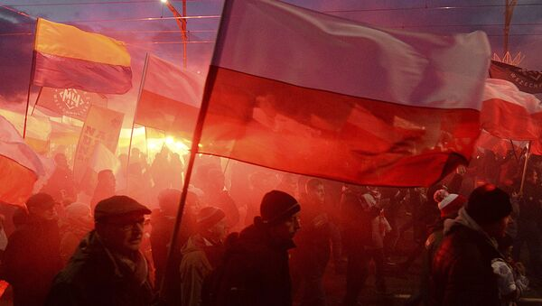 Demonstrators burn flares and wave Polish flags during the annual march to commemorate Poland's National Independence Day in Warsaw, Saturday, Nov. 11, 2017. Thousands of nationalists marched in Warsaw on Poland's Independence Day holiday, taking part in an event that was organized by far-right groups - Sputnik International