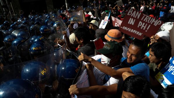 Protesters clash with anti-riot police officers as they try to march towards the U.S. embassy during a rally against U.S. President Donald Trump's visit, in Manila, Philippines, November 12, 2017 - Sputnik International
