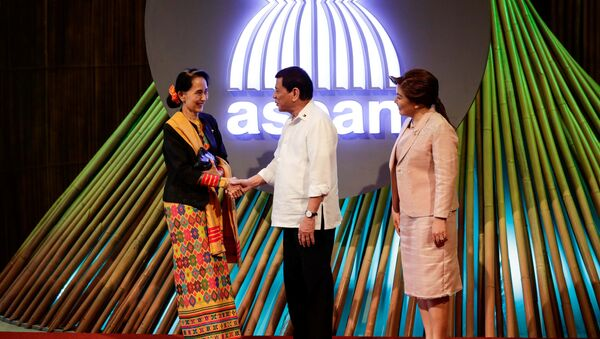 Myanmar State Counselor Aung San Suu Kyi (L) shakes hands with Philippine President Rodrigo Duterte (C) before the opening ceremony of the 31st Association of Southeast Asian Nations (ASEAN) Summit in Manila, Philippines,13 November 2017 - Sputnik International