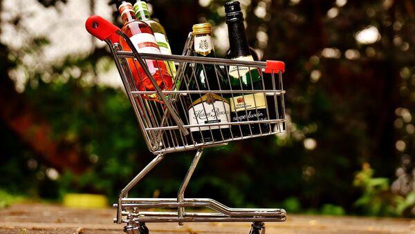 Spirits bottles in a shopping cart - Sputnik International