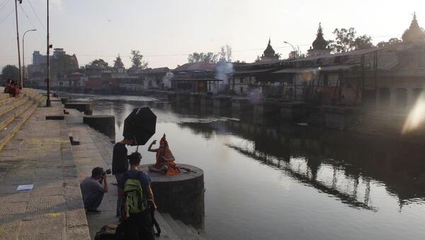 A Hindu holy man poses for a photographer on the bank of the Bagmati River near the Pashupatinath Hindu temple in Kathmandu, Nepal. (File) - Sputnik International