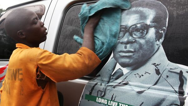 Youth washes a minibus adorned with picture of President Robert Mugabe at a bus terminus in Harare, Zimbabwe, November 15, 2017 - Sputnik International