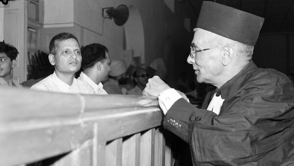 Nathuram Godse, left, one of nine co-defendants in the Mohandas Gandhi assassination conspiracy case, and defense counsellor L.B. Bhopatkar confer May 27, 1948, at the start of the hearing - Sputnik International
