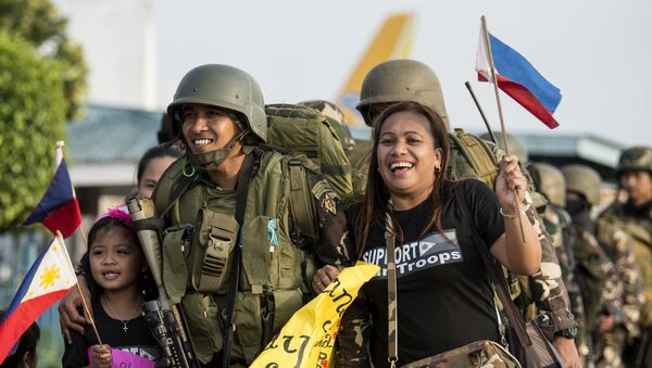 Philippine soldiers from Marawi are welcomed home by their relatives at Villamor Airbase in Manila on October 20, 2017 - Sputnik International
