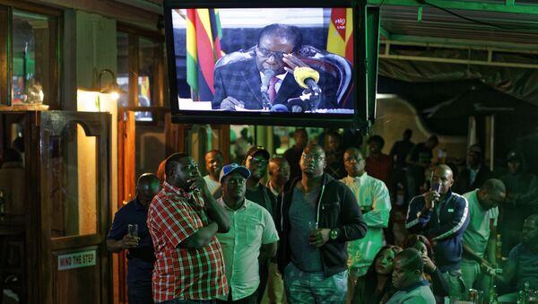 Zimbabweans watch a televised address to the nation by President Robert Mugabe at a bar in downtown Harare, Zimbabwe Sunday, Nov. 19, 2017 - Sputnik International