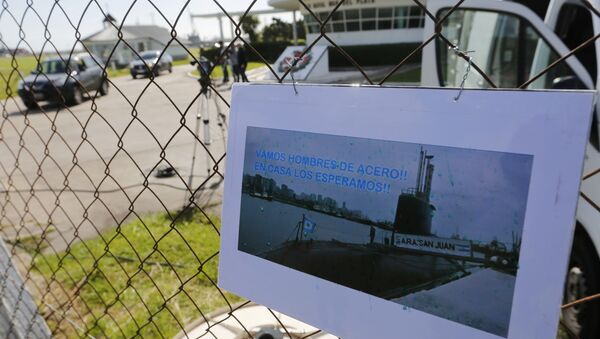 A picture of the Argentine submarine ARA San Juan written in Spanish Come on steel men. We will wait for you at home hangs from the fence at the Navel base in Mar del Plata, Argentina, Sunday, Nov. 19, 2017 - Sputnik International