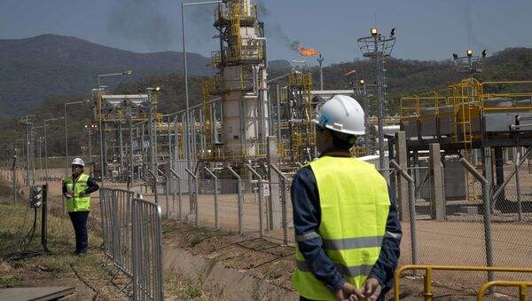 Oil workers stand at the new Incahuasi natural gas plant in Lagunillas, Bolivia, Friday, Sept. 16, 2016 - Sputnik International