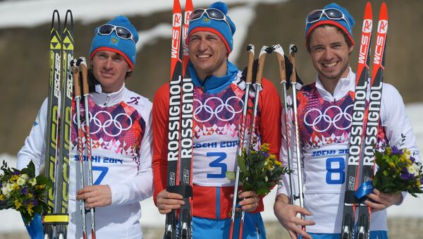 Medalists in the mass start race in men's cross country skiing at the XXII Olympic Winter Games in Sochi during the flower ceremony, from left: silver medalist Maxim Vylegzhanin (Russia); gold medalist Alexander Legkov (Russia); bronze medalist Ilya Chernousov (Russia). (File) - Sputnik International
