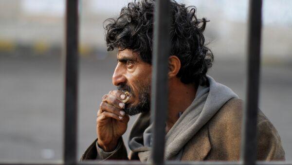 A homeless Yemeni man is seen on a street in Sanaa, Yemen November 24, 2017. - Sputnik International