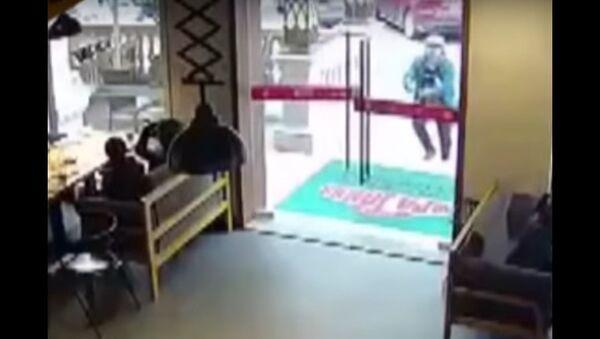 Chinese Delivery Man Breaks Glass Door - Sputnik International