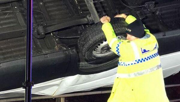 Man held onto the van to stop it toppling over a bridge - Sputnik International