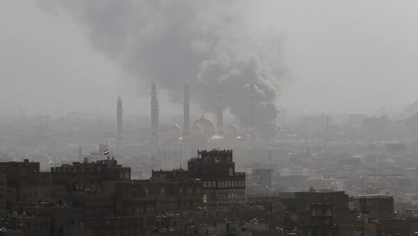 Smoke rises during the battle between former Yemeni President Ali Abdullah Saleh's supporters and the Houthi fighters in Sanaa, Yemen December 2, 2017 - Sputnik International