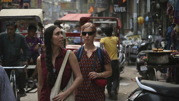 In this Tuesday, April 2, 2013 photo, foreign tourists walk on a street near the railway station in New Delhi, India - Sputnik International