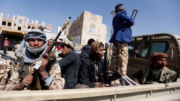 Houthi fighters ride on the back of a truck as clashes with forces loyal to Yemen's former president Ali Abdullah Saleh continue in Sanaa, Yemen - Sputnik International