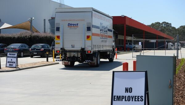 This general view shows deliver trucks outside US retailer Amazon's new 24,000-square-metre centre in Melbourne on November 23, 2017 - Sputnik International
