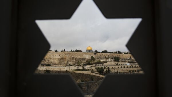 Jerusalem Old City is seen trough a door with the shape of star of David, in Jerusalem, Wednesday, Dec. 6, 2017. - Sputnik International