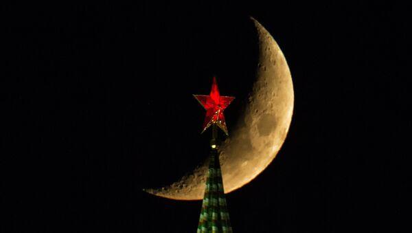 The Moon over the Moscow Kremlin's Spasskaya (Savior) Tower - Sputnik International