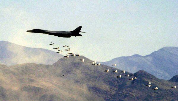A B1-B bomber drops live bombs at the Nevada Test and Training Range - Sputnik International