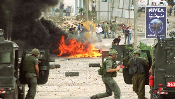Israeli soldiers and Palestinian youths clash in Ramallah 28 September 2000 due to the visit of Israeli right-wing opposition leader Ariel Sharon to the Al-Aqsa mosque compound in Jerusalem's Old City the same day - Sputnik International