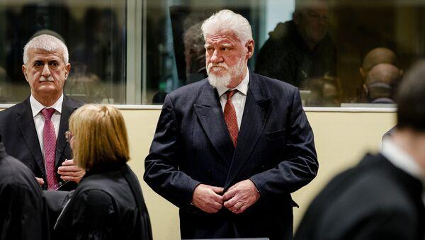 Slobodan Praljak, center, enters the Yugoslav War Crimes Tribunal in The Hague, Netherlands, Wednesday, Nov. 29, 2017, to hear the verdict in the appeals case - Sputnik International