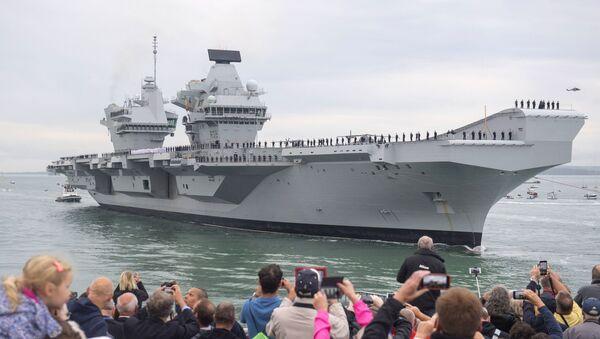 People watch as Britain's new flagship HMS Queen Elizabeth arrives in Portsmouth, Britain, Wednesday Aug. 16, 2017 - Sputnik International