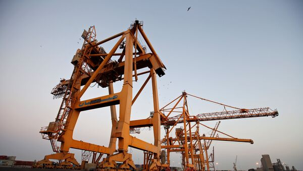 A view of cranes, damaged by air strikes, at the container terminal of the Red Sea port of Hodeidah, Yemen November 26, 2017 - Sputnik International