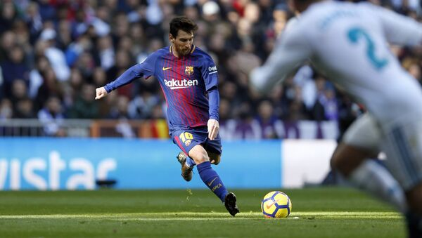 Barcelona's Lionel Messi shoots a free kick during the Spanish La Liga soccer match between Real Madrid and Barcelona at the Santiago Bernabeu stadium in Madrid, Spain, Saturday, Dec. 23, 2017 - Sputnik International