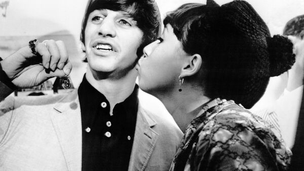 Angie McGowan, 16, plants a kiss on the cheek of Beatle drummer Ringo Starr after she returned his St. Christopher's medal in New York, on Aug. 29, 1964, which was torn from his neck in the arrival crowd. - Sputnik International