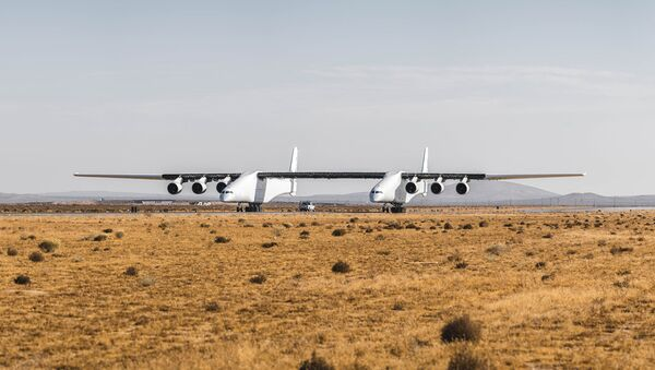 The Stratolaunch aircraft taxis on a runway in California. - Sputnik International