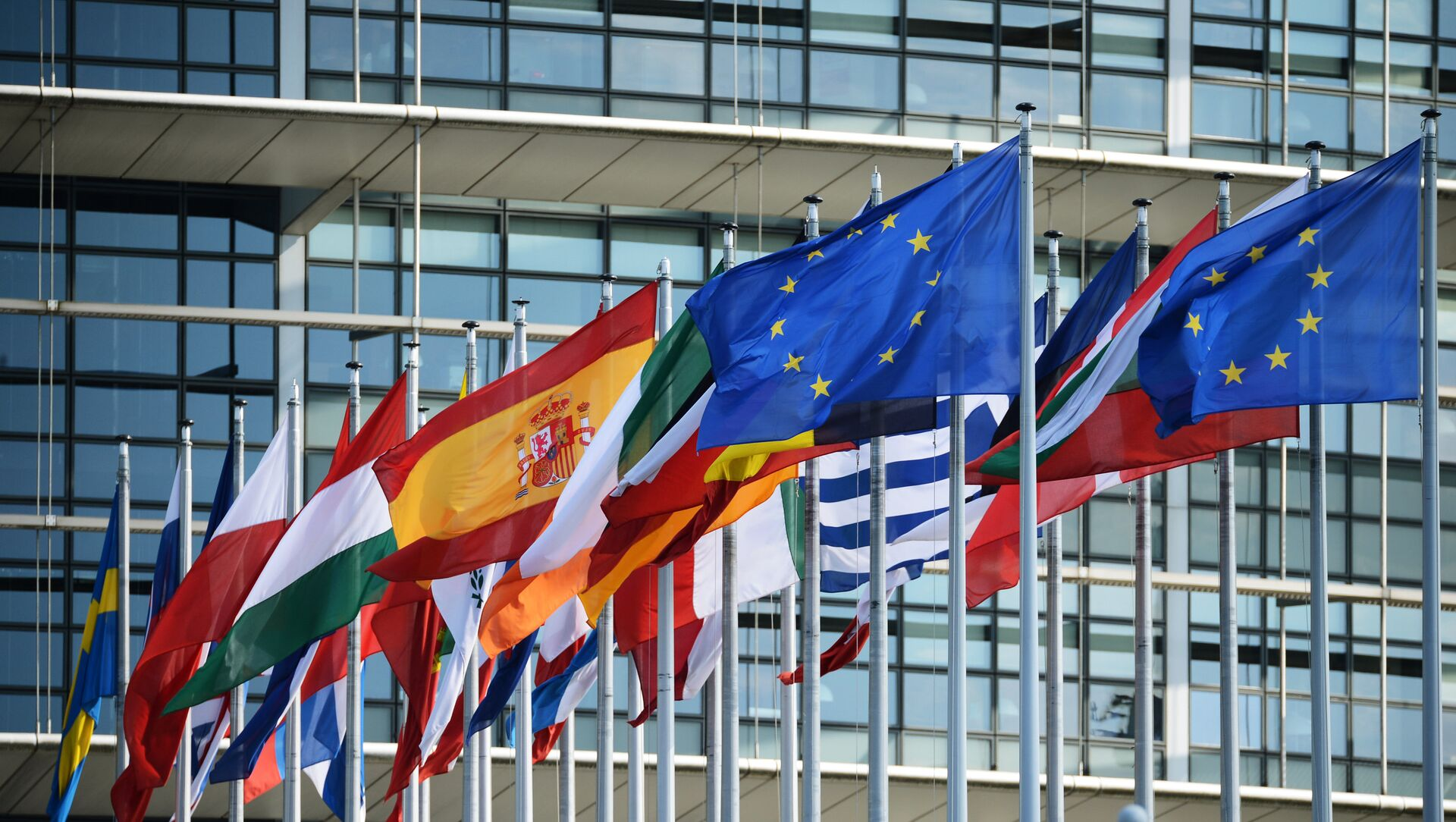 Flags outside the building of the European Parliament in Strasbourg - Sputnik International, 1920, 13.08.2021