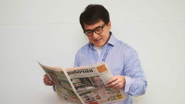 Jackie Chan with Kopeyskiy Rabochiy newspaper - Sputnik International