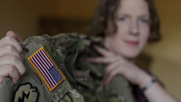 Transgender U.S. army captain Jennifer Sims lifts her uniform (File) - Sputnik International