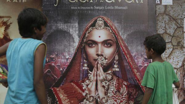 Boys look at a poster of Bollywood film 'Padmavati' in Mumbai, India, Tuesday, Nov. 21, 2017. - Sputnik International
