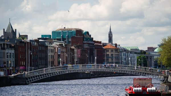 Ha'penny Bridge over the Liffey river which divides Dublin into two parts. - Sputnik International