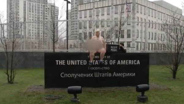 FEMEN activist impersonates Trump in Kiev, Ukraine. - Sputnik International