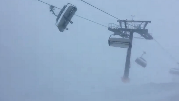 Trapped skiers get tossed in strong winds brought on by Storm Eleanor - Sputnik International
