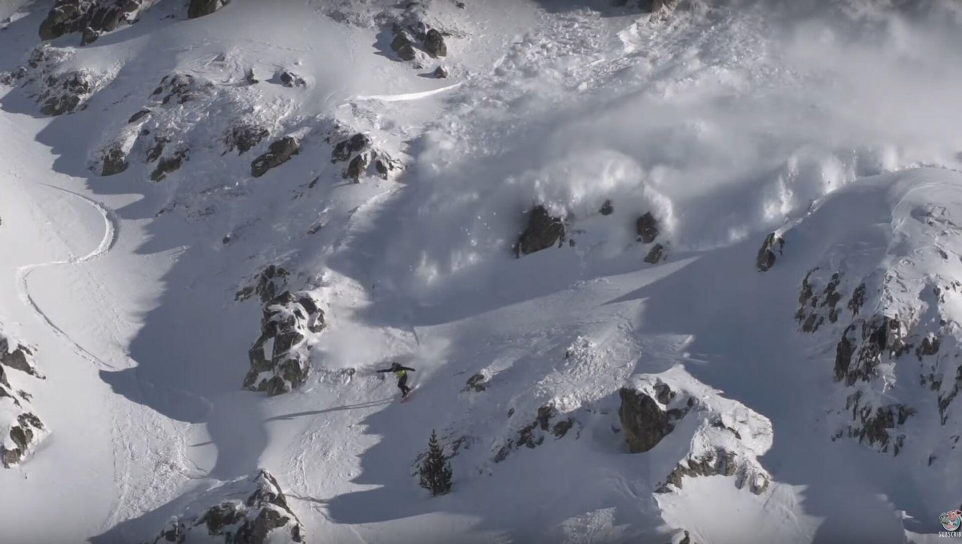 Avalanche in the Heart of the Pyrenees || ViralHog - Sputnik International, 1920, 25.07.2021