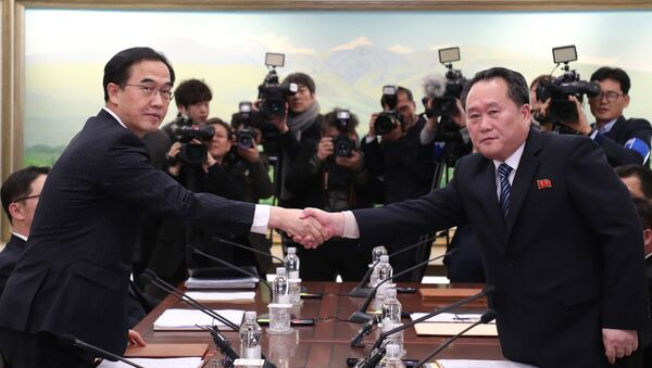 South Korea's Unification Minister Cho Myung-Gyun (L) shakes hands with North Korean chief delegate Ri Son-Gwon during their last meeting at the border truce village of Panmunjom in the Demilitarized Zone (DMZ) dividing the two Koreas - Sputnik International