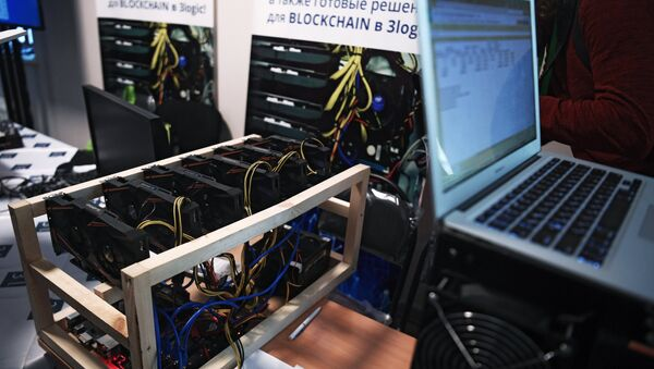 Bitcoin mining farm at the 3logic stand at the Russian Blockchain Week 2017 conference in Moscow - Sputnik International