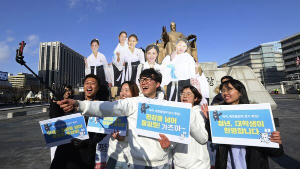 College students take a selfie with cutouts of North Korean cheerleaders during a rally to welcome the outcome of a meeting between South and North Korea, in Seoul, South Korea, Wednesday, Jan. 10, 2018 - Sputnik International