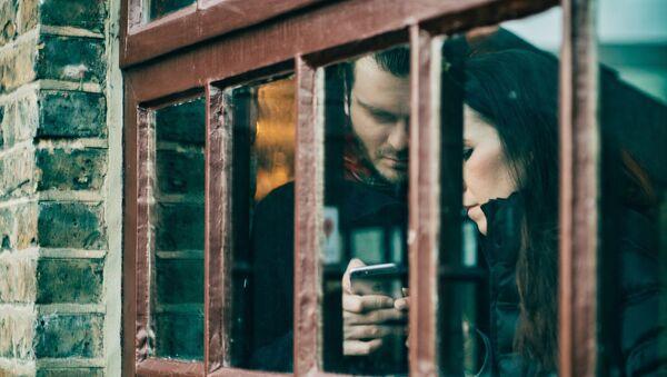 Woman and man with phone - Sputnik International