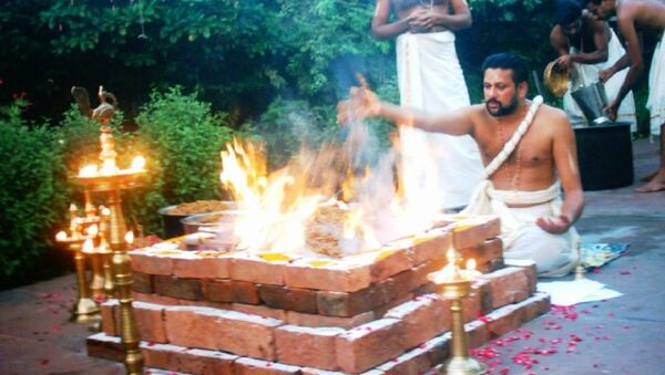 Yajurveda text describes formula and mantras to be uttered during sacrificial fire (yajna) rituals, shown - Sputnik International